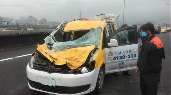TransAsia ATR 72 Crashes Into Keelung River
