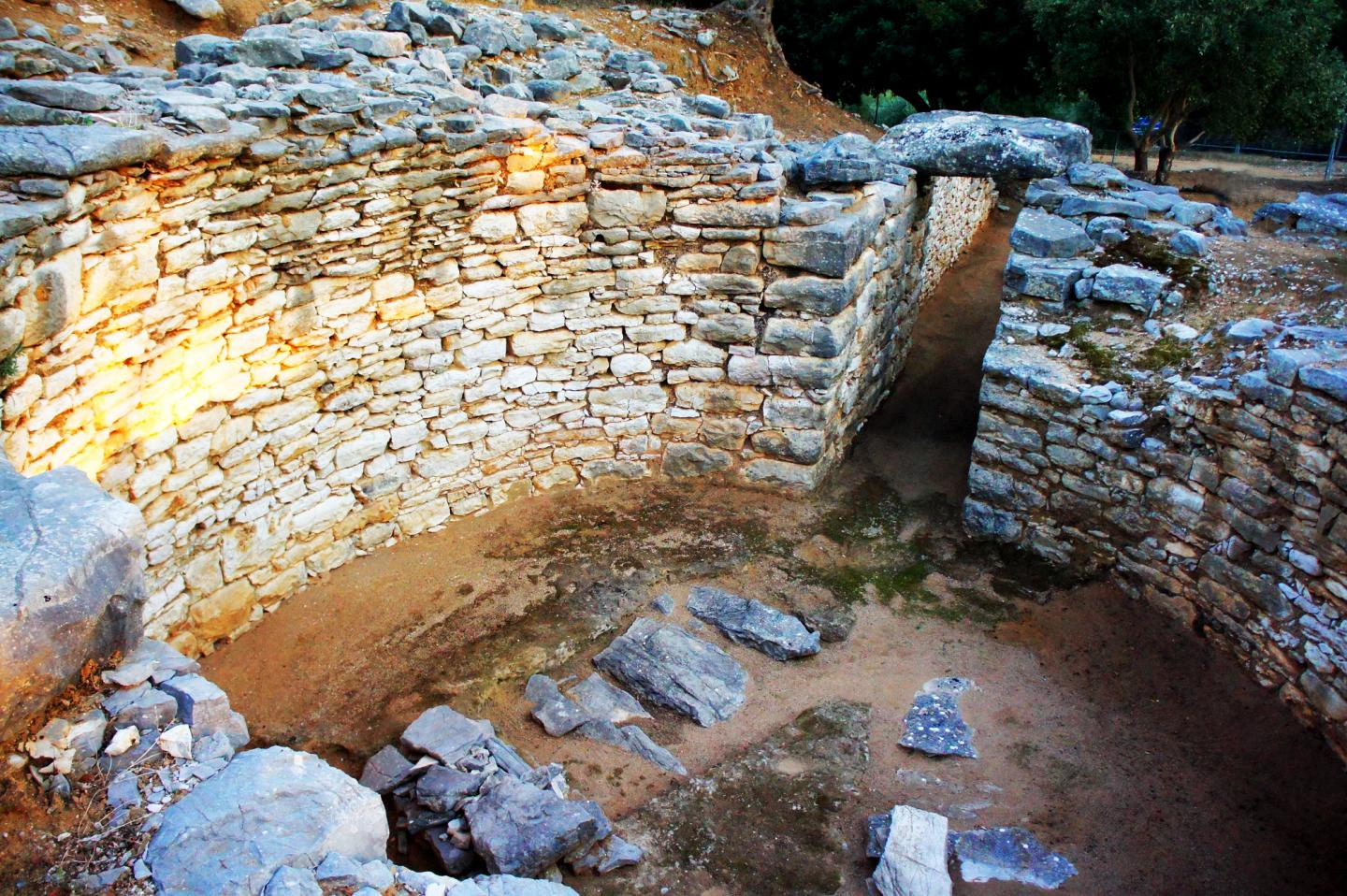 Nichoria Left Behind: The Demise Of A Bronze Age Civilization