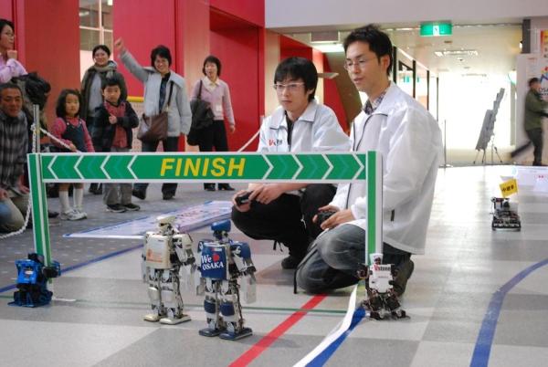 Robot Marathon Blazes New Paths on the Linoleum